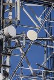 Cierre de la torre de comunicación encima de la vertical Foto de archivo