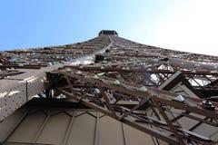 Cierre de la torre Eiffel y de las luces para arriba imagenes de archivo
