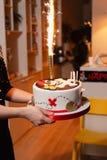 Cierre de la torta del pirata encima - del partido de la decoración del cumpleaños de los niños para los niños imágenes de archivo libres de regalías