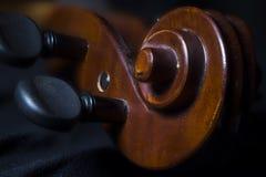 Cierre de la voluta de la cabeza de la clavija del violín para arriba fotos de archivo