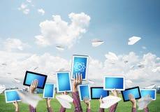 Cierre de las manos de la mujer en la línea PC de la tableta de la demostración con el azul en blanco s foto de archivo libre de regalías
