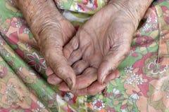 Cierre de las viejas manos de los womans foto de archivo