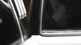 Cierre de los coches de la puerta almacen de metraje de vídeo