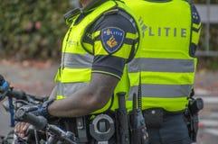 Cierre de los hombres de la policía con las bicicletas en Amsterdam los Países Bajos 2018 imagen de archivo libre de regalías