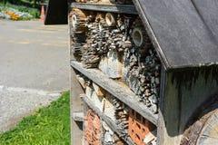 Cierre de madera de casa de abeja encima de la visión Imagenes de archivo