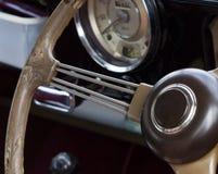 Cierre de madera del volante del coche para arriba fotografía de archivo