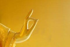 Cierre de oro del mudra de Vitaka de la estatua de Buda encima de la foto Fotos de archivo libres de regalías