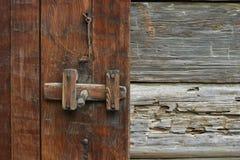 Cierre de puerta rústico Foto de archivo libre de regalías