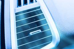 Cierre del acondicionador de aire del coche encima de la ventilación del aire de la parrilla de aire imágenes de archivo libres de regalías