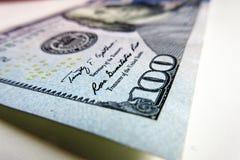 Cierre del billete de banco de 100 USD encima de la fotografía Fotografía de archivo libre de regalías