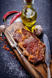 Cierre del bistec de costilla del filete de Ribeye de la carne para arriba Fotos de archivo libres de regalías