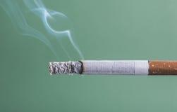 Cierre del burning del cigarrillo para arriba Foto de archivo libre de regalías