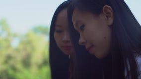 Cierre del chisme de las chicas jóvenes para arriba almacen de video