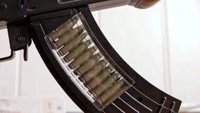 Cierre del clip del rifle de asalto de Toy Kalashnikov para arriba, cinta móvil de cartuchos almacen de video
