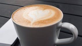 Cierre del concepto de la tecnología, del negocio y de la vida moderna para arriba de la taza del smartphone y de café en la tabl Fotos de archivo libres de regalías