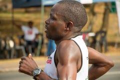 Cierre del corredor de los camaradas maratón para arriba fotos de archivo
