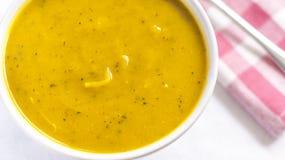 Cierre del cuenco blanco con la sopa de la calabaza del cabotia foto de archivo libre de regalías