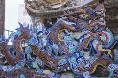 Cierre del dragón del mosaico de la porcelana para arriba en los detalles de Linh Phuoc Pagoda en la ciudad del lat de DA, provin fotos de archivo