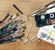 Cierre del espacio de trabajo del pintor para arriba Imágenes de archivo libres de regalías