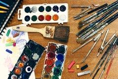 Cierre del espacio de trabajo del pintor para arriba Fotos de archivo libres de regalías