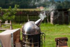 Cierre del fumador del apicultor s encima del tiro en luz natural imagen de archivo libre de regalías