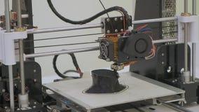 cierre del funcionamiento de la impresora 3D para arriba La impresora tridimensional autom?tica 3d realiza el pl?stico Impresión  almacen de metraje de vídeo