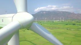 Cierre del generador de turbina de la energía eólica para arriba Visión desde arriba de la turbina del molino de viento del abejó almacen de metraje de vídeo