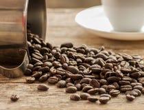 Cierre del grano de café para arriba en la madera Imagen de archivo