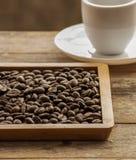 Cierre del grano de café para arriba en la madera Imagenes de archivo