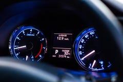 Cierre del kilometraje del coche del velocímetro para arriba imagen de archivo