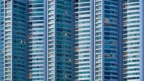 Cierre del lapso de tiempo encima de las ventanas que construyen día de la ciudad a la noche metrajes