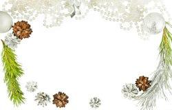 Cierre del marco del Año Nuevo para arriba con los conos y la rama de árbol de abeto Foto de archivo