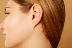 Cierre del oído del ` s de la mujer para arriba, concepto de la anatomía Imagenes de archivo
