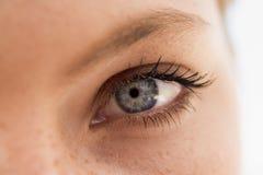 Cierre del ojo de la mujer para arriba Foto de archivo