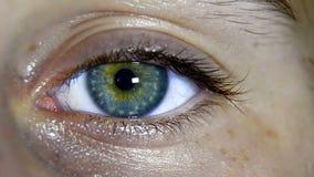 Cierre del ojo verde para arriba metrajes