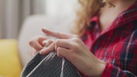 Cierre del PDA encima del tiro de hacer punto de las manos de la mujer almacen de video