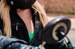 Cierre del pecho de la muchacha del motorista para arriba Imágenes de archivo libres de regalías