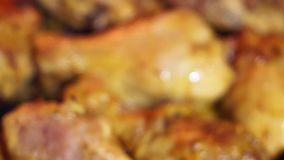 Cierre del pollo frito para arriba almacen de metraje de vídeo