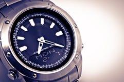 Cierre del reloj del hombre para arriba. Foto de archivo