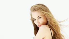 Cierre del retrato de la belleza de la mujer joven encima de la media serie del carácter de la cara aislada en fondo blanco puro almacen de video