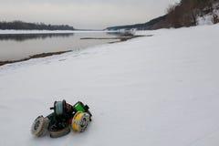 Cierre del sistema de carretes de la pesca para arriba en la nieve blanca Foto de archivo