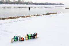 Cierre del sistema de carretes de la pesca para arriba en la nieve blanca Imágenes de archivo libres de regalías