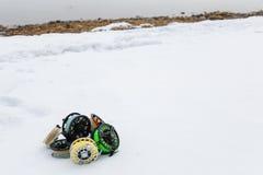Cierre del sistema de carretes de la pesca para arriba en la nieve blanca Imagen de archivo