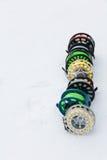 Cierre del sistema de carretes de la pesca para arriba en la nieve blanca Fotos de archivo