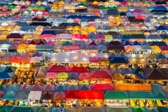 Cierre del tejado del mercado de la noche de la visión aérea para arriba fotografía de archivo libre de regalías