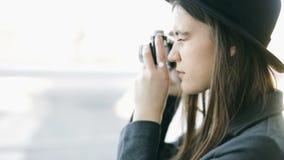 Cierre del tiroteo de foto encima de las imágenes de vídeo Fotógrafo elegante de la mujer joven en sombrero periodista del report almacen de metraje de vídeo