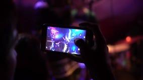 Cierre del vídeo de la grabación del teléfono móvil para arriba, festival de música, Live Concert, a cámara lenta almacen de video