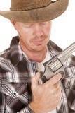 Cierre del vaquero con el pulgar de la pistola en el martillo Fotografía de archivo