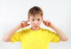Cierre descontentado del niño los oídos Imagen de archivo libre de regalías
