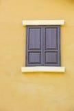 Cierre el color de fondo de la ventana a una pared amarilla Foto de archivo libre de regalías